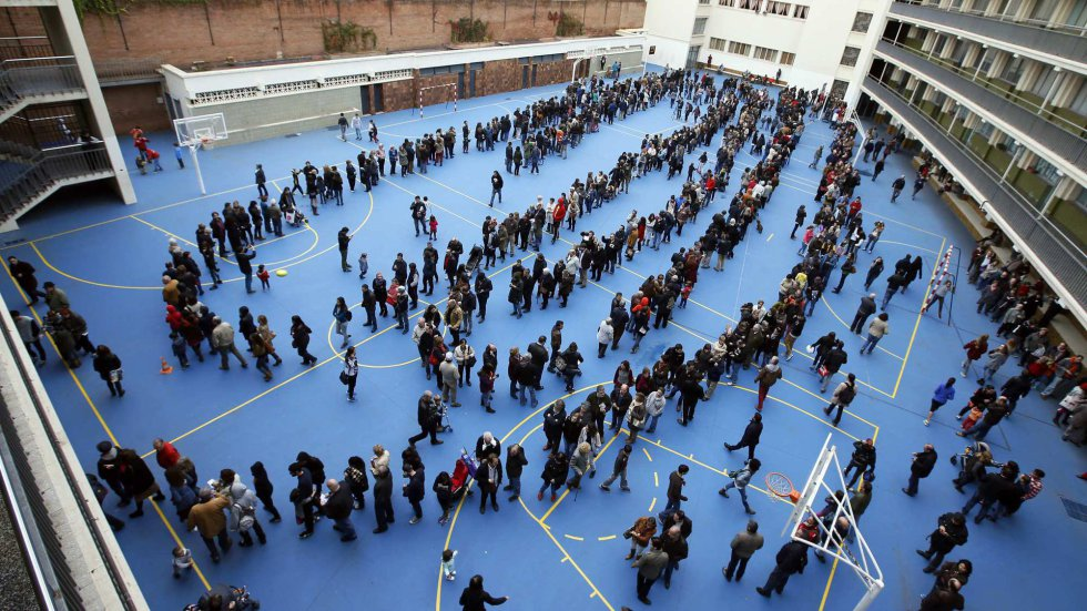 People lining up to vote in the symbolic referendum on November 9, 2014, in Barcelona. Picture by Albert Gea | Reuters